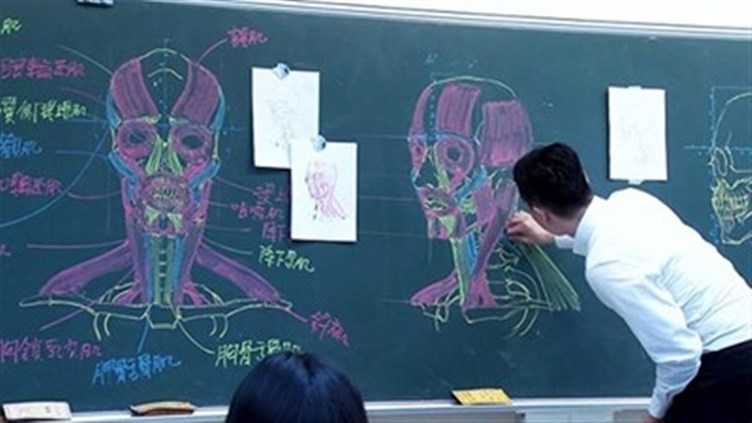 معلم تايواني يدرس علم التشريح بمهارة الرسم (5)