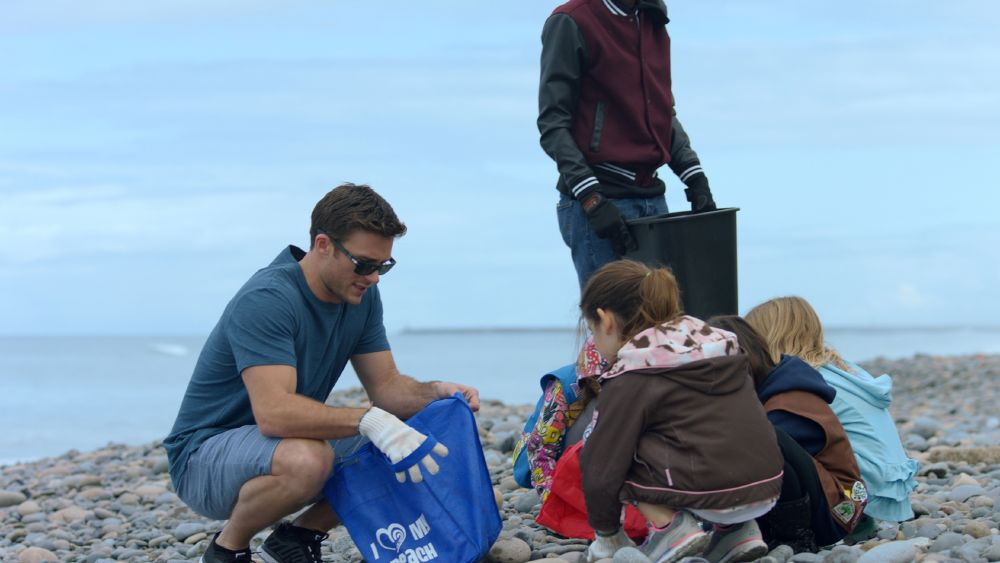 resized_SCOTT with particpating children at Surfrider beach cleanup