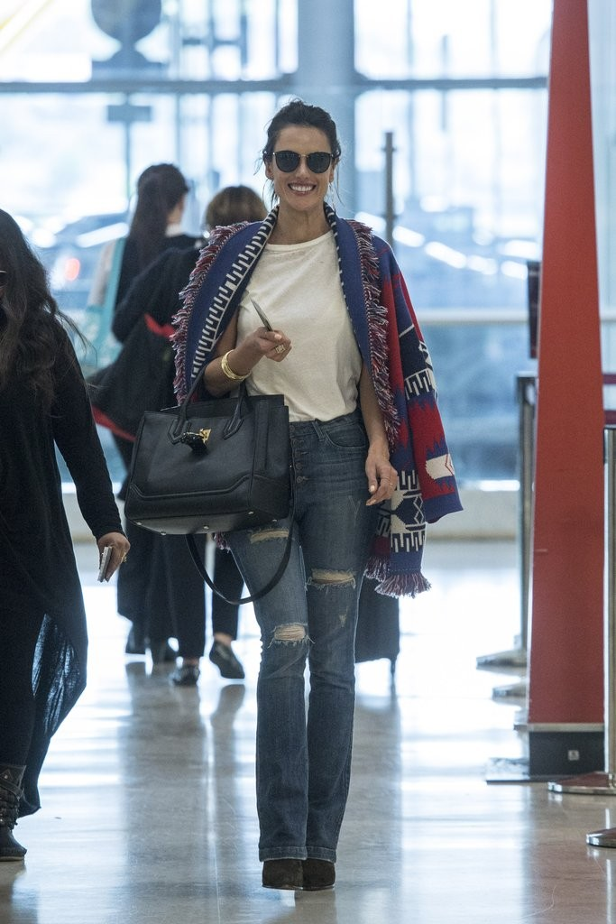 alessandra-ambrosio-airport-style