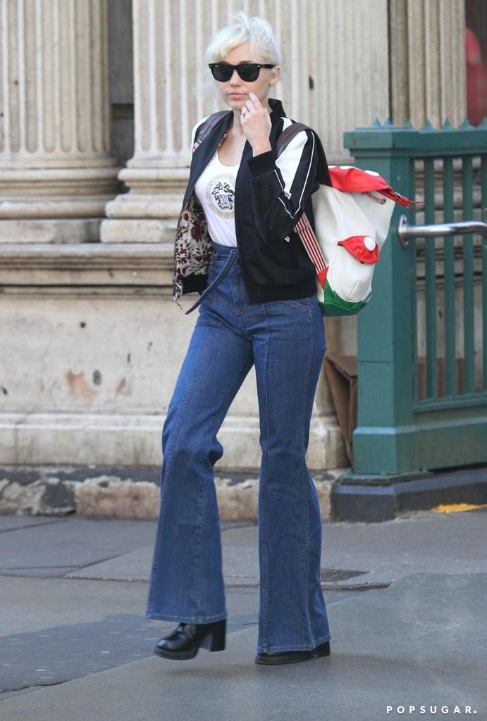 her-ring-display-during-walk-around-new-york-soho