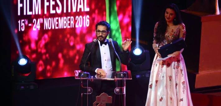أحمد حلمي يتسلم الجائزة