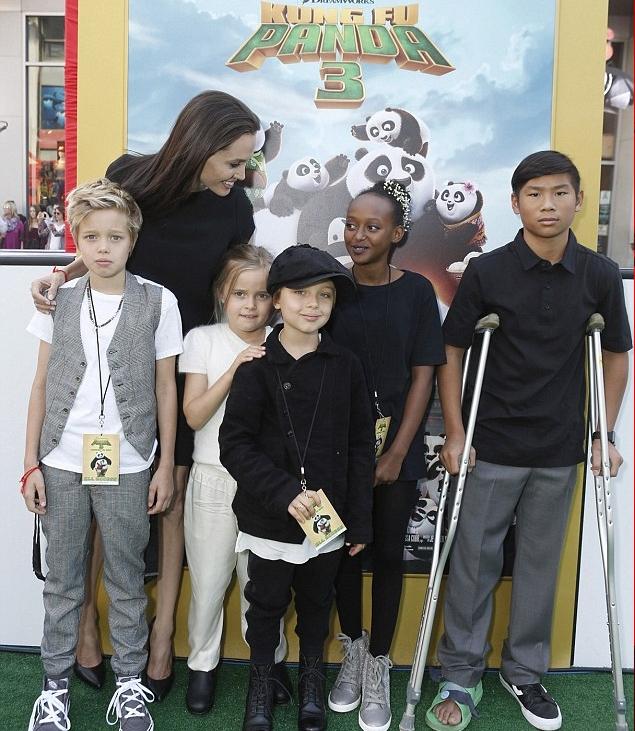أنجيلينا جولي بصحبة أطفاله