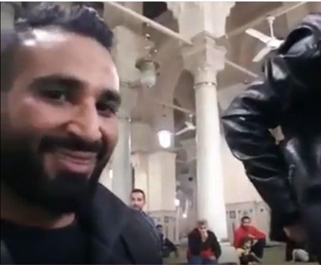 احمد سعد يصور نفسه سلفي خلال أدائه صلاة الفجر من داخل أحد المساجد