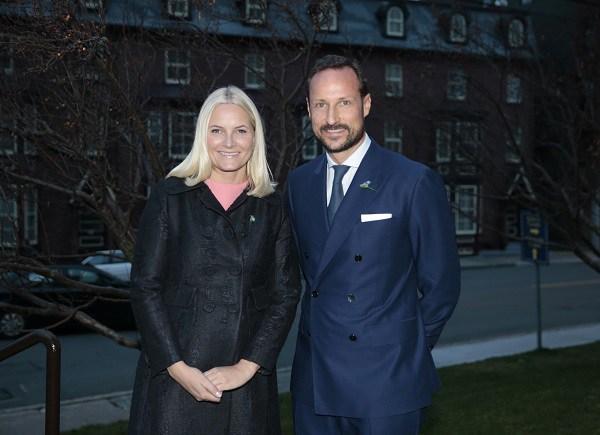 Kronprinsesse Mette-Marit og kronprins Haakon under pressemøtet i St.