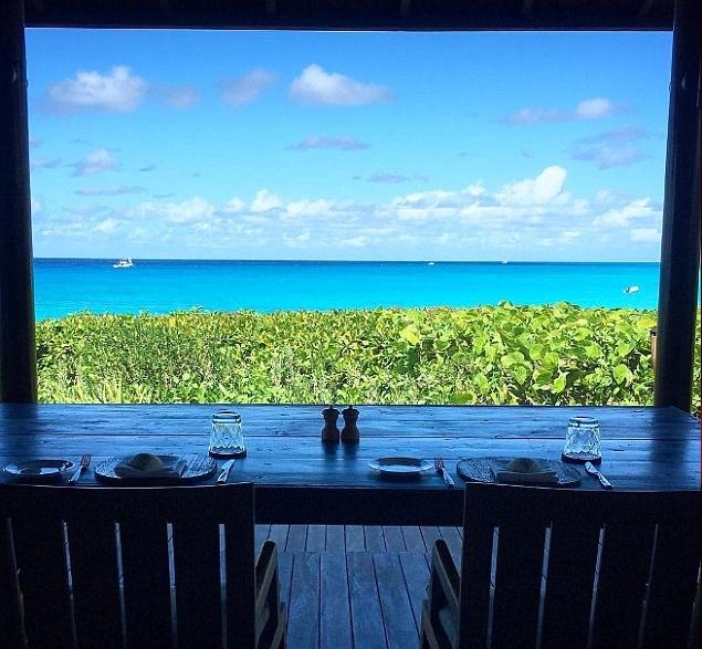 براد بيت يقضي عطلة عيد الشكر في جزر توركس وكايكوس