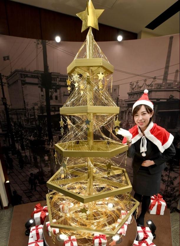 شجرة من الذهب الخالص في أحد المتاجر في اليابان