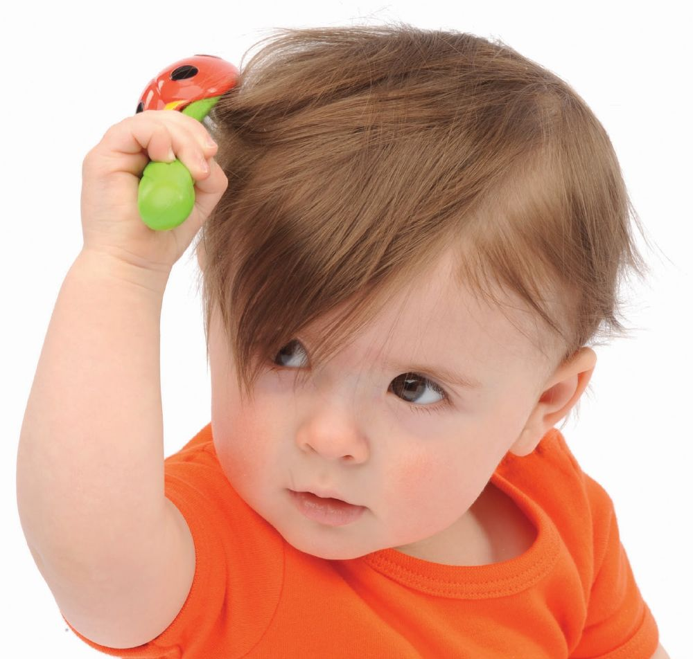 تمشيط شعر الطفل