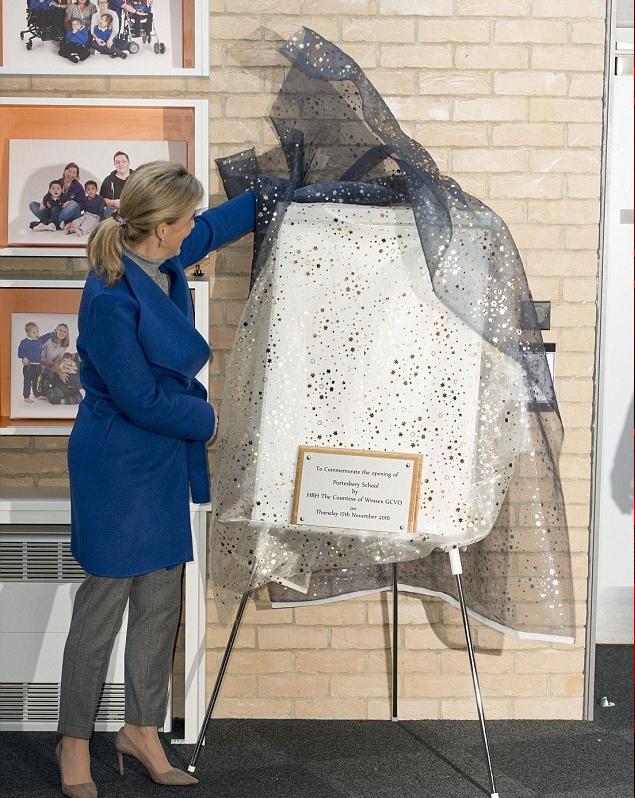 كونتيسة وسكس تكشف عن لوحة تذكارية بمناسبة افتتاح المدرسة