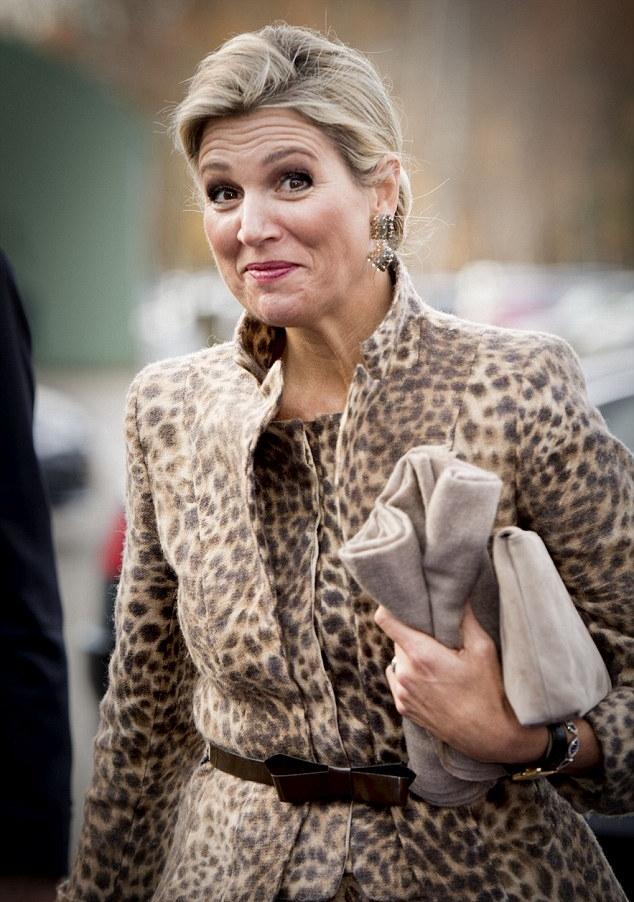 ملكة هولندا في إطلالة أنيقة بنقشة جلد النمر