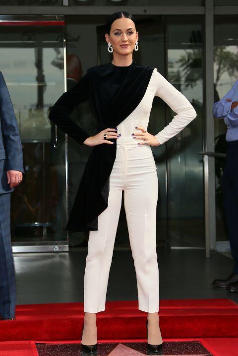 بيري ترتدي بذله ذات اللون الأبيض مع وشاح أسود