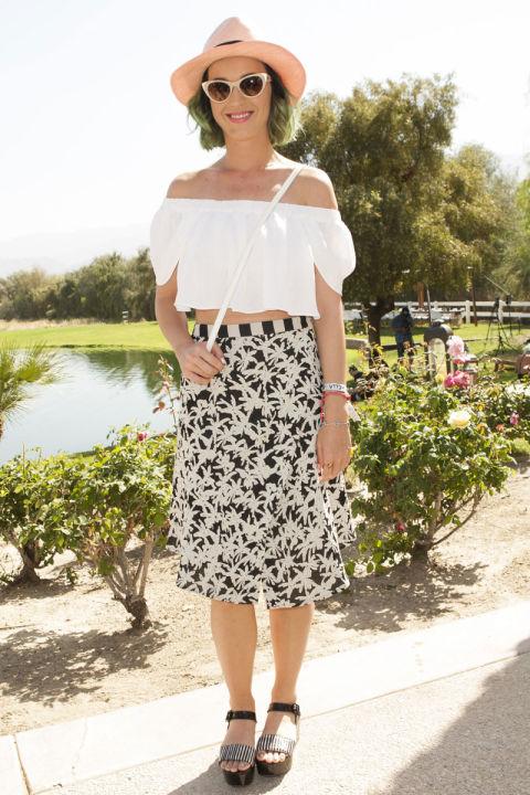 بيري تظهر ببلوزة بيضاء تميل إلى أزياء الأربعينات مع تنورة مطبوعة باللونين الأسود والأبيض