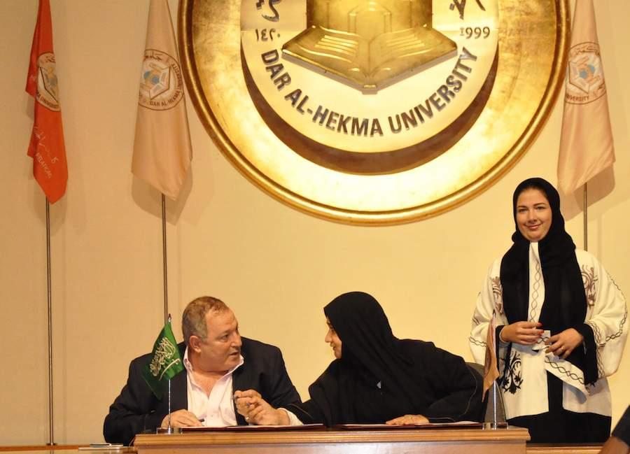 تكريم عدنان الكاتب محاور المشاهير في جامعة دار الحكمة