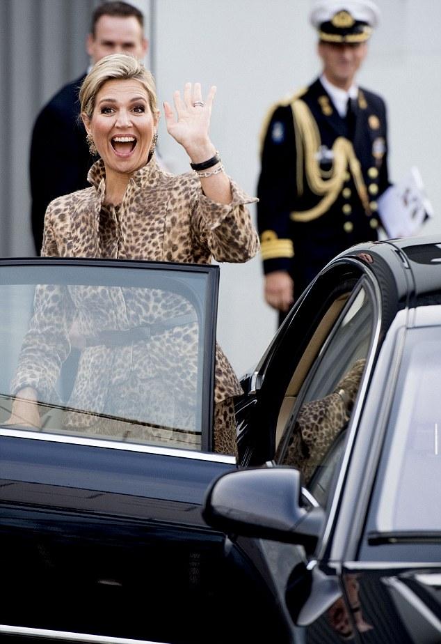 مرافقي الملكة نجحوا في تشغيل السيارة من جديد