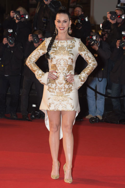 بيري ترتدي فستان من الأبيض والذهبي معاً