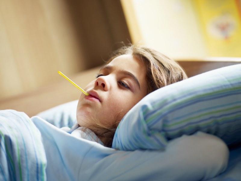 خلال تقلبات الطقس، يتعرض الأطفال لنزلات البرد والأنفلونزا، نتيجة لتيارات الهواء الباردة في الصباح الباكر، رغم ارتدائهم للملابس الثقيلة.