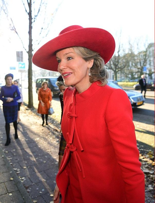 الملكة ماتيلد  في إطلالة أنيقة باللون الأحمر حيث ارتدت معطف أحمر أنيق وقبعة حمراء أنيقة