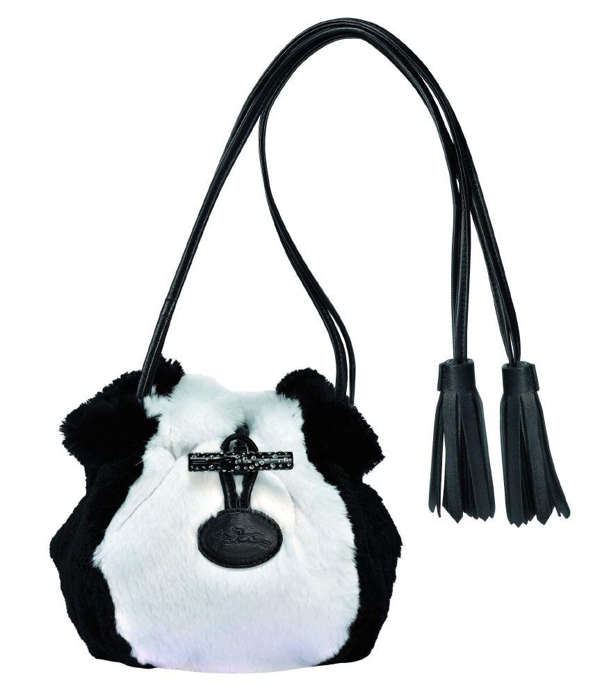 جميع حقائب المجموعة تحمل أشكال أنيقة لعصي قصيرة من الخيزران