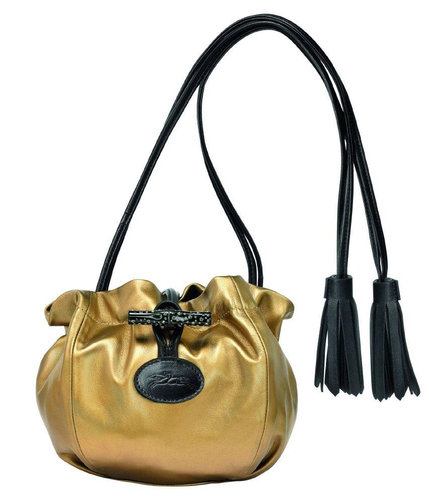 حقيبة مصنوعة من الجلد باللون الذهبي والقماش الرقيق اللامع