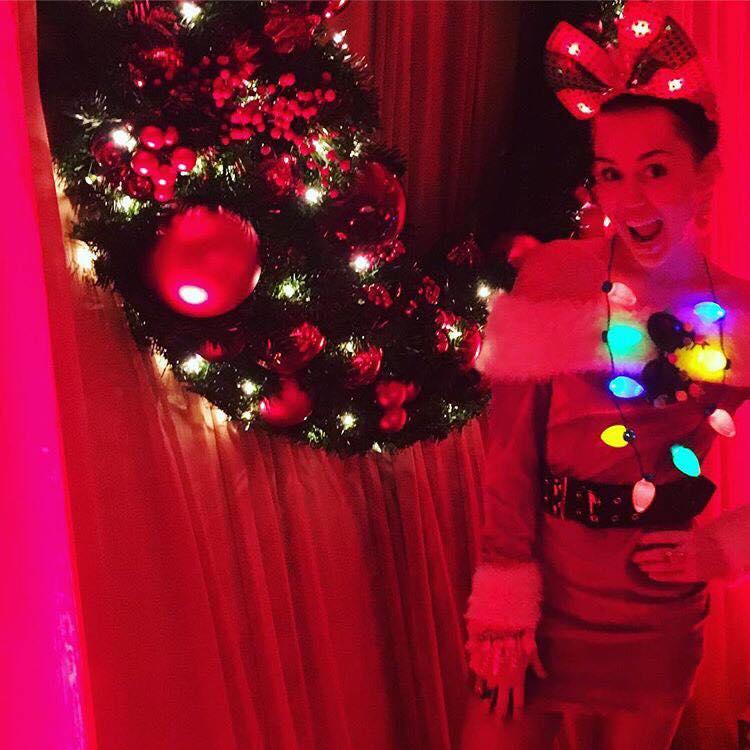 مايلي سايرس تحتفل بعيد الميلاد