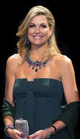 ملكة هولندا بفستان أخضر أنيق عاري الأكتاف