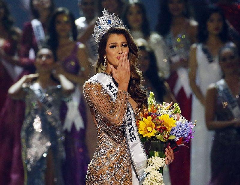 إيريس ميتينير ترسل القبلات على الحشد بعد أن أعلنت ملكة جمال الكون