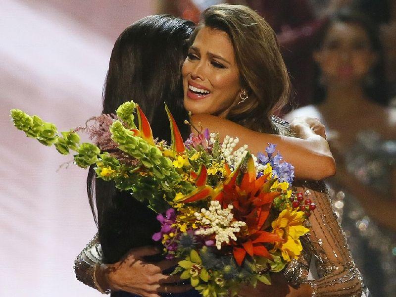إيريس ميتينير ملكة جمال الكون تعانق ملكة الجمال السابقة بعد فوزها