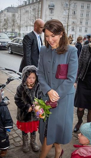 الأميرة ماري تقبل مجموعة من الزهور الملونة الجميلة