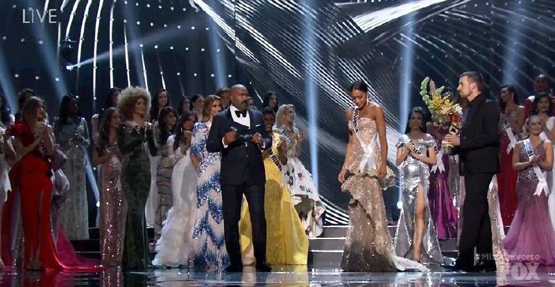 الممثل الكوميدي الأمريكي ستيف هارفي قدم المسابقة