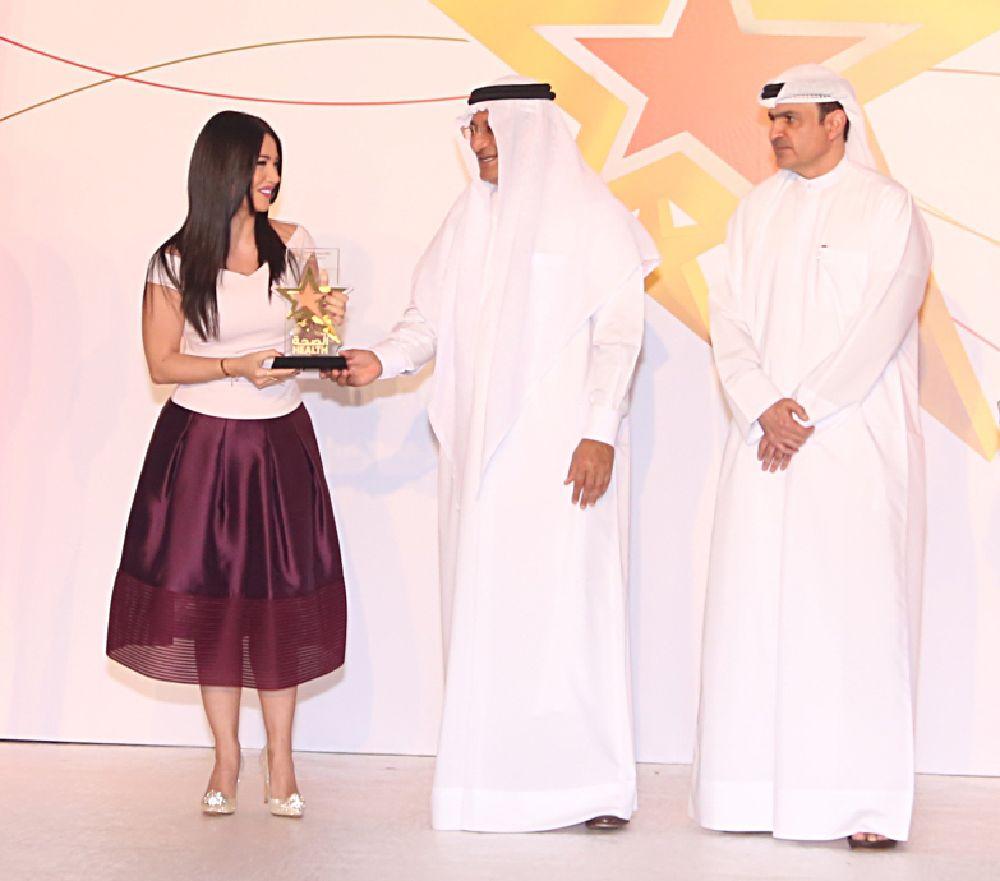 حميد عبيد القطامي يقدم الجائزة للفنانة ديانا حداد
