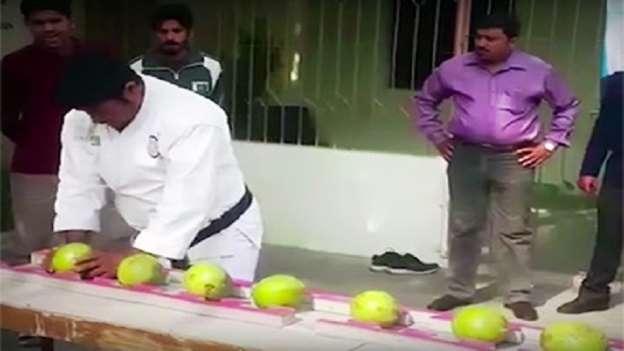 رياضي يكسر برأسه 43 حبة جوز الهند
