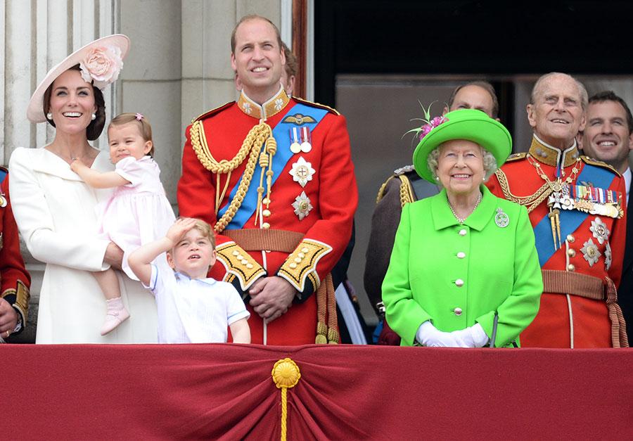 صورة الملكة وهي محاطة بخمسة من أبناء أحفادها