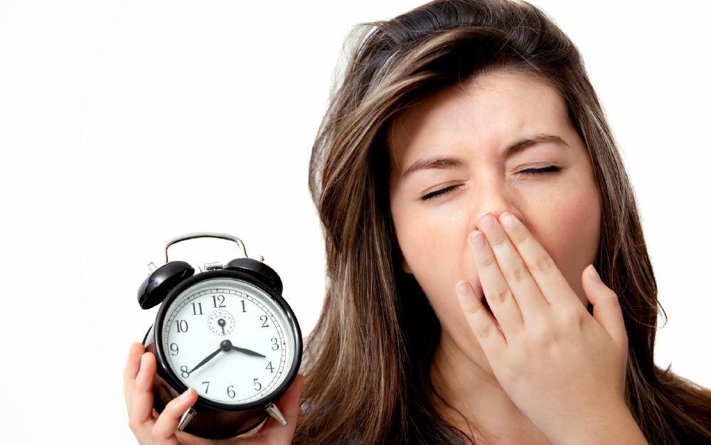 قلة النوم من العادات السيئة التي تتسبب في مشكلة بالهضم