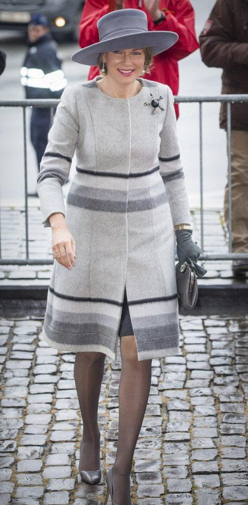 الملكة ماتيلد بإطلالة رمادية كاملة