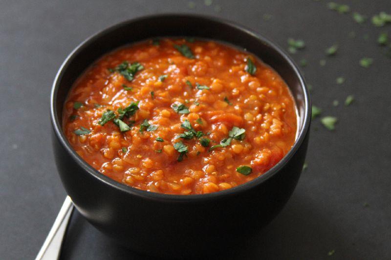 حساء الخضار والعدس الأحمر