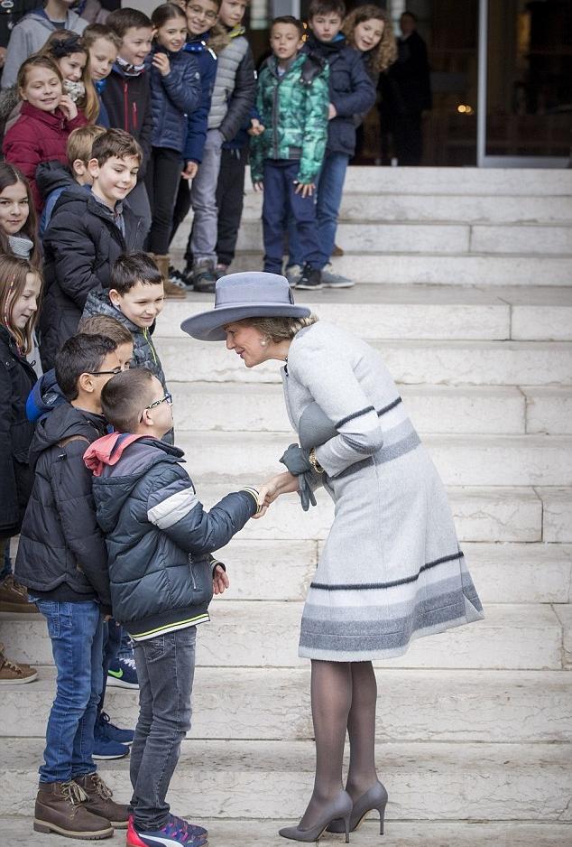 ملكة بلجيكا توقفت لبعض الوقت لتبادل الحديث مع الاطفال