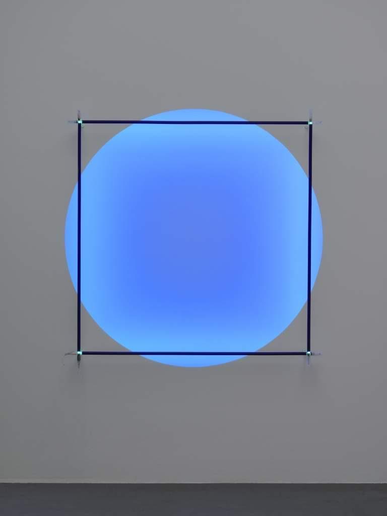 أعمالاً فنية تحمل توقيع ستّة فنّانين سويسريين وتجسّد رؤيتهم حول موضوع الضوء
