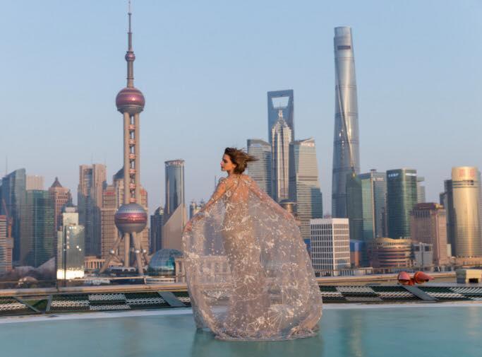 إطلالة إيما واستون من تصميم إيلي صعب في الصين