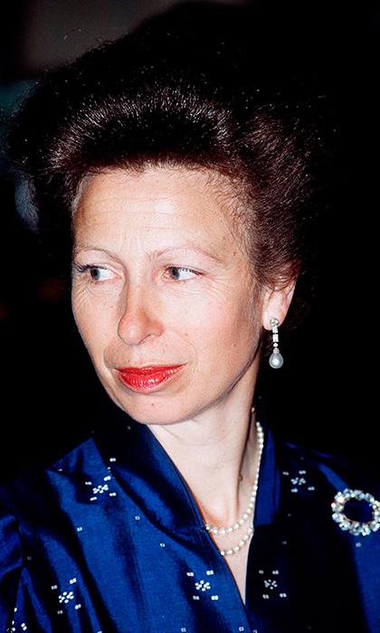 الأميرة آن ابنة الملكة إليزابيث الثانية ترتدي بروش مرصع بالياقوت الأزرق وأحجار الماس وهو يشبه كثيرا بروش الملكة فيكتوريا