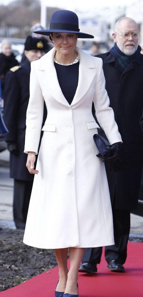 الأميرة فيكتوريا أنيقة بالمعطف الأبيض