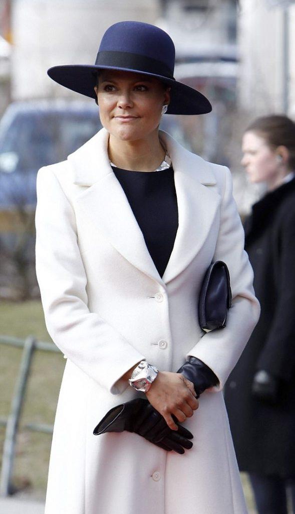 الأميرة فيكتوريا في إطلالة عصرية أنيقة