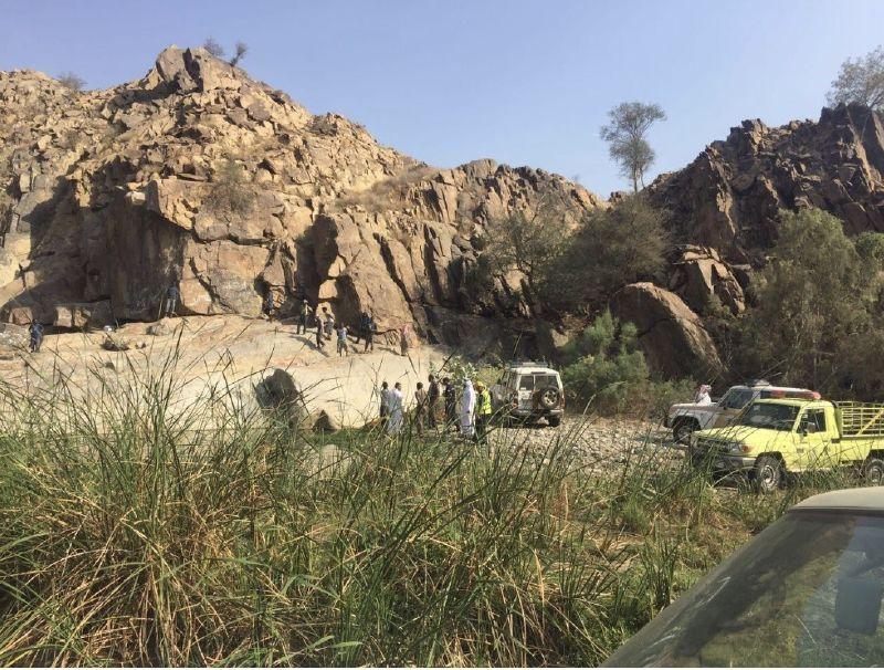 الدفاع المدني ينتشل جثة أربعيني توفي داخل غدير بأضم