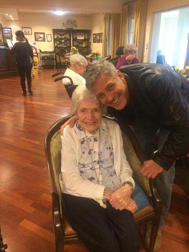 جورج كلوني من دار المسنين