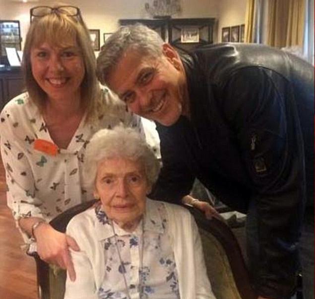 جورج كلوني يحتفل بعيد ميلاد إحدى معجباته المسنات