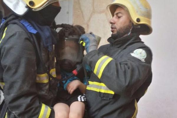 قوات الدفاع المدني تمكنت من إنقاذ أفراد الاسرة عقب اشتعال النار