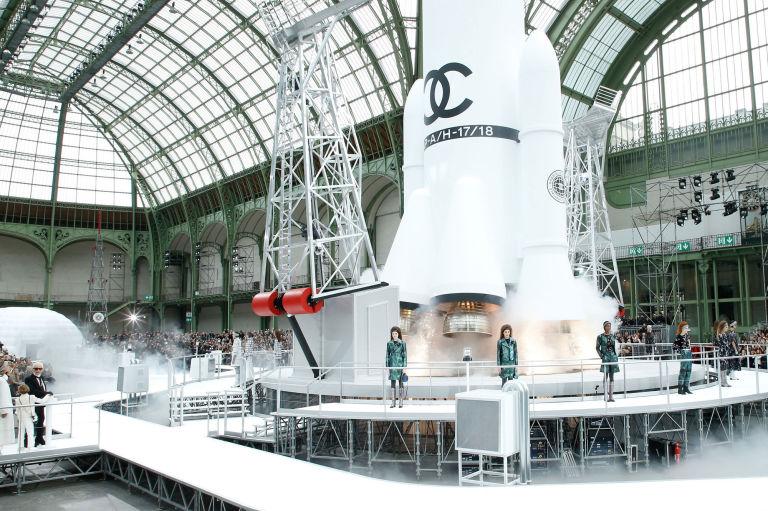أزياء شانيل تزهل الحضور في أسبوع باريس للموضة لفكرته التقدمية