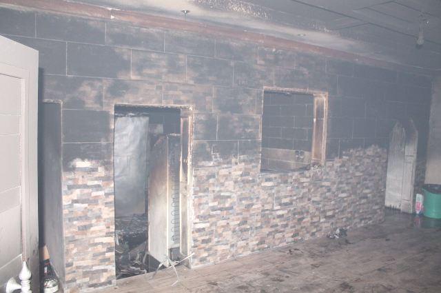 إخلاء عائلة أثناء إخماد حريق بعمارة سكنية في الطائف