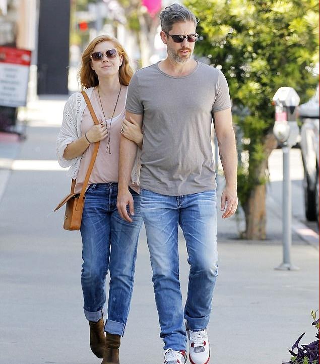 إيمي أدامز تتسوق بملابس كاجوال في بيفرلي هيلز