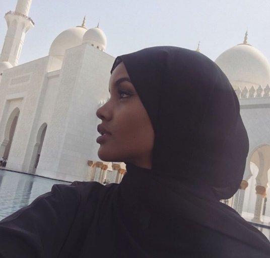 اطلالة عارضة الازياء حليمة عدن في مدينة ابوظبي