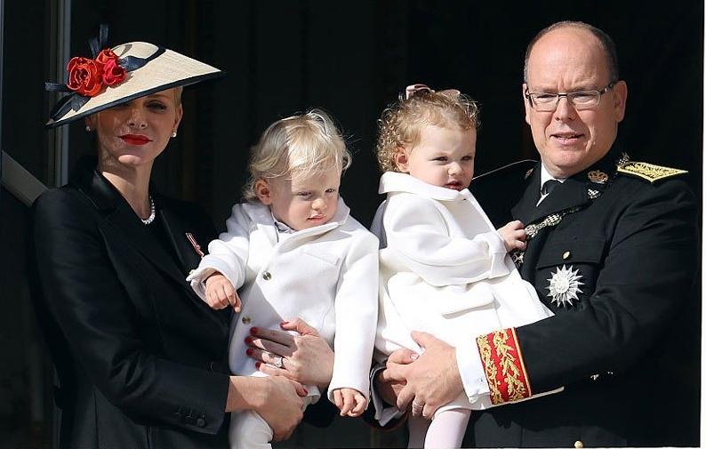 الأميرة تشارلين مع طفليها