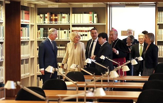 الأمير تشارلزولي وزوجته كاميلا قاما بزيارة مكتبة الفاتيكان